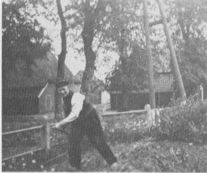 Figuur 2. Hein Leysen werkt in de tuin van meester van der Werff.