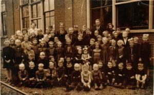 Figuur 2. Foto uit 1953, nog met de kinderen uit Schipborg. Elders op de website is deze foto te vinden met de naen van alle kinderen.
