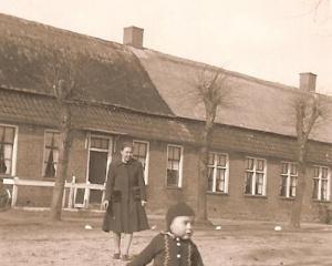 Anloo, t,waarkhoes ca 1937 Aatje Mattijssen met tantzeggertje.jpg