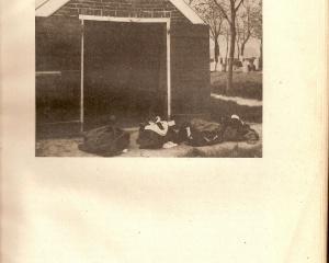 Anloo,Lijkenhuisje begraafplaats Anloo. met daarvoor kleding van omgebrachte vrijheidsstrijders.jpg