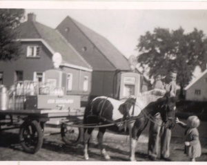 Stadman de melkboer bij de  benzinepomp van Stadman,  1958.JPG