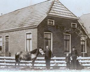 Koopman,bakkerij ca 1917 met paard Jans en vrouw Aaltje met zoon Jan.jpg