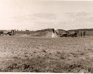Anloo,Afgraving Grafheuvel o.l.v. prof. van Giffen in 1935 op het land waar nu de camping ligt..jpg